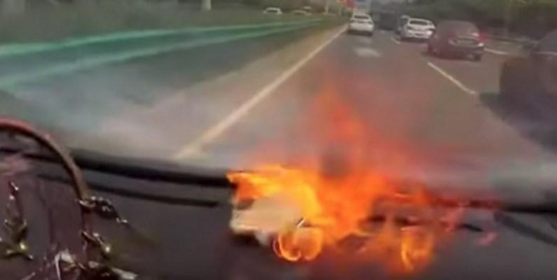 Почему не стоит держать смартфон под лобовым стеклом машины (видео)