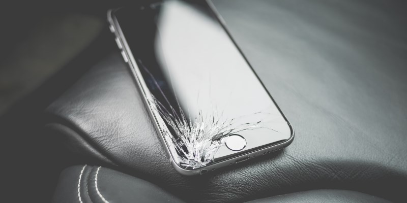 В российских регионах появились аппараты для замены экранов iPhone в день обращения