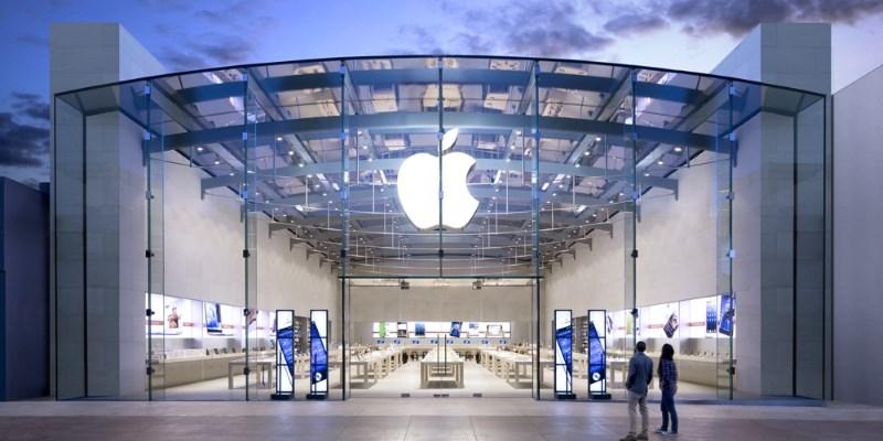 Капитализация Apple впервые превысила 1 триллион долларов США
