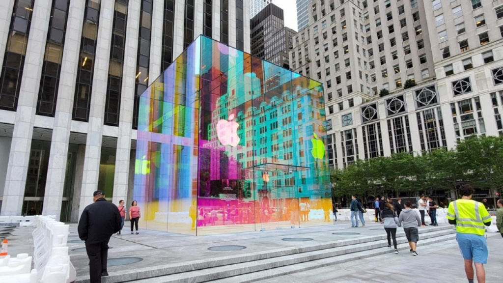 Сначала радужный логотип, а теперь огромный стеклянный куб ...