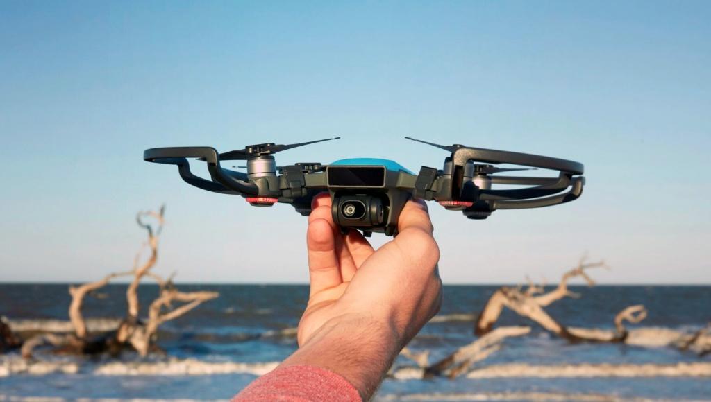 Самый небольшой вмире дрон будет делать суперселфи иуправляться жестами