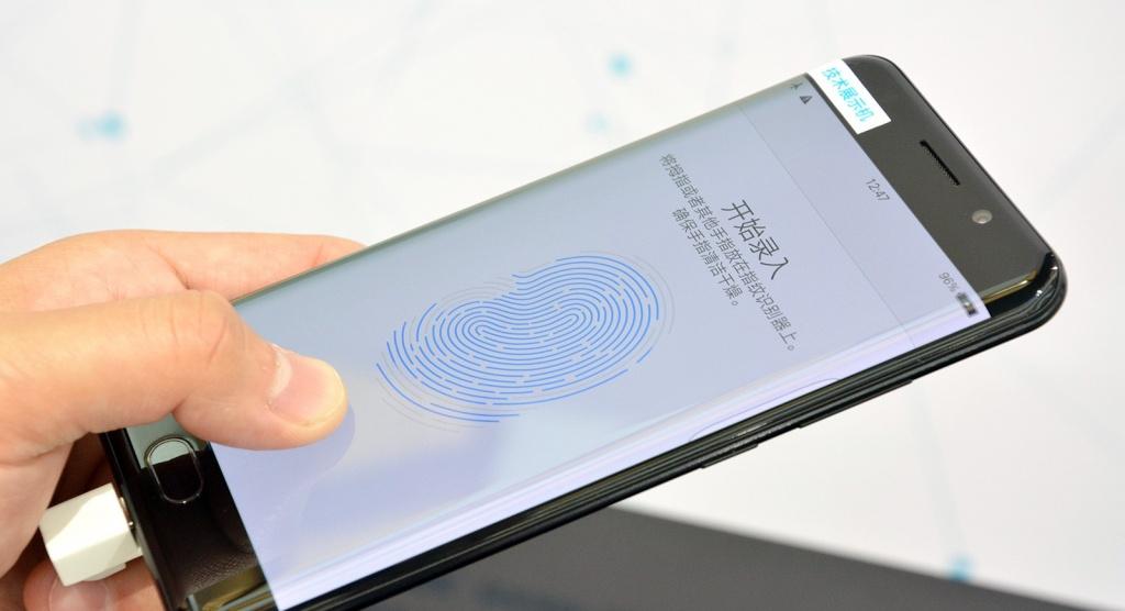 Qualcomm научилась сканировать отпечатки пальцев через стекло и металл