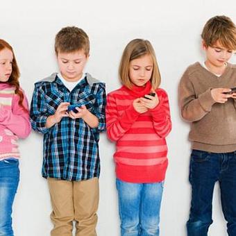 Власти Франции запретили использование телефонов в школах. В России такой закон не планируют