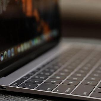 Apple бесплатно меняет старые макбуки на модели 2018 года