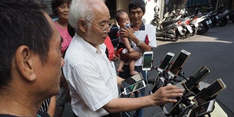 Тайваньский пенсионер ездит на велосипеде с десятком смартфонов. Догадайтесь, зачем